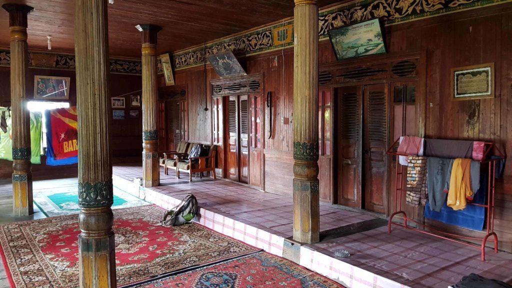 Traditionelles Minangkabau-Haus von innen