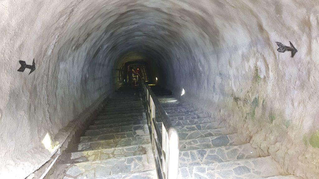 Lobang Jepang: Weg in den Tunnel
