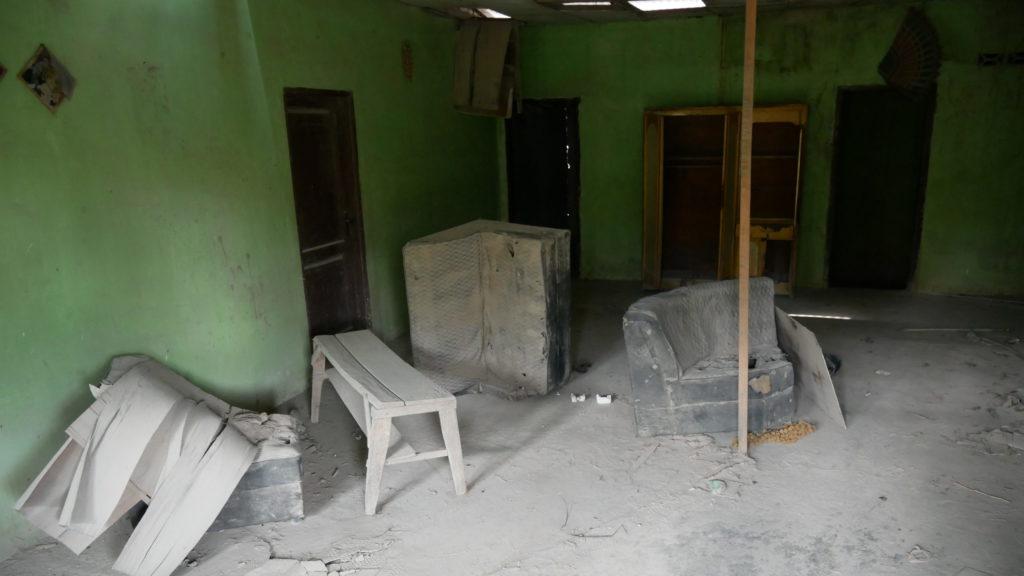 Von Asche bedeckte Möbel