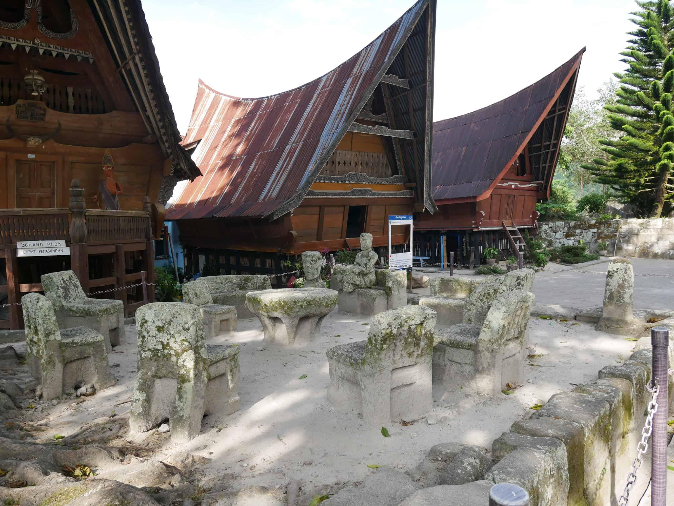 Sehenswürdigkeiten Samosir: Stone Chairs im Dorf Ambarita