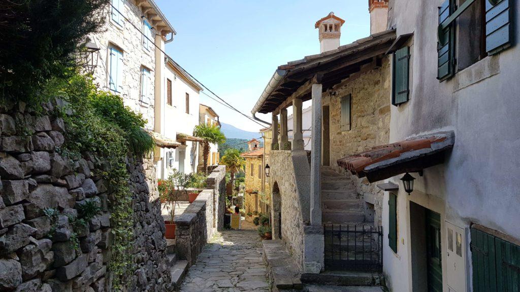 Gasse durch Hum Kroatien, die kleinste Stadt der Welt