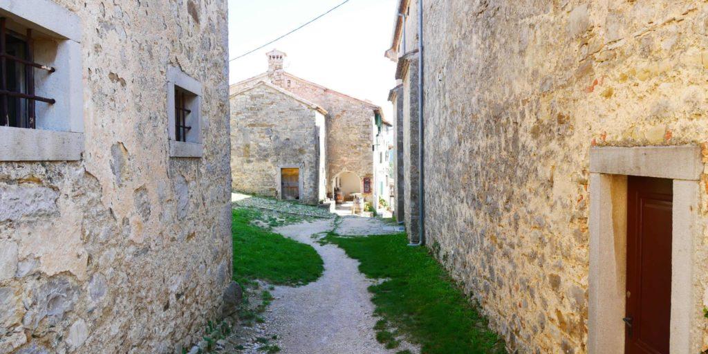 Verwinkelte Gassen in Hum, Kroatien