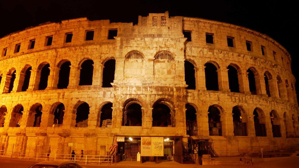 Amphitheater von Pula bei Nacht